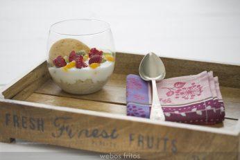 Vasitos de quinoa, yogur y fruta