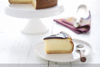 Porción de la tarta de queso y arándanos
